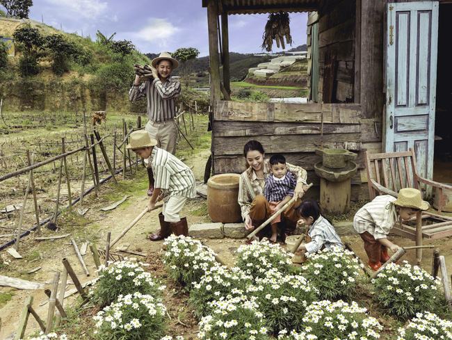 Phát sốt trước bộ ảnh gia đình nông dân của Thành Đạt - Hải Băng và 4 con nhỏ - Ảnh 9.