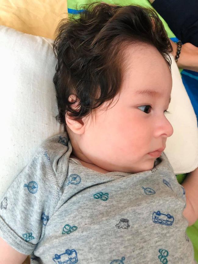 Á hậu Hoàng Oanh khoe cận mặt con trai, từ lông mày cho tới sống mũi cao giống hệt bố ngoại quốc - Ảnh 1.