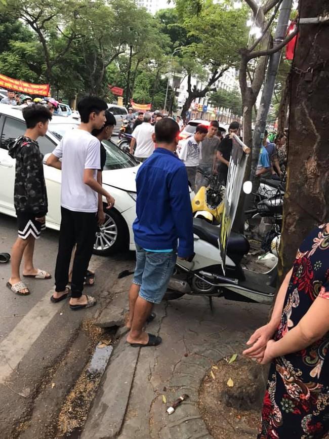 Hà Nộ: Xe ô tô hất tung người đi đường vào nhà dân bên đường - Ảnh 2.