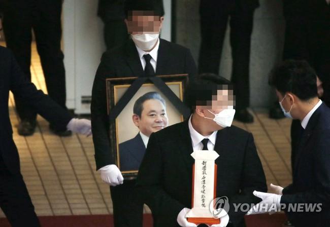 Lễ tang đưa tiễn chủ tịch Samsung về nơi an nghỉ cuối cùng: Gia quyến thất thần, chồng cũ cựu Á hậu Hàn Quốc cũng có mặt - Ảnh 1.
