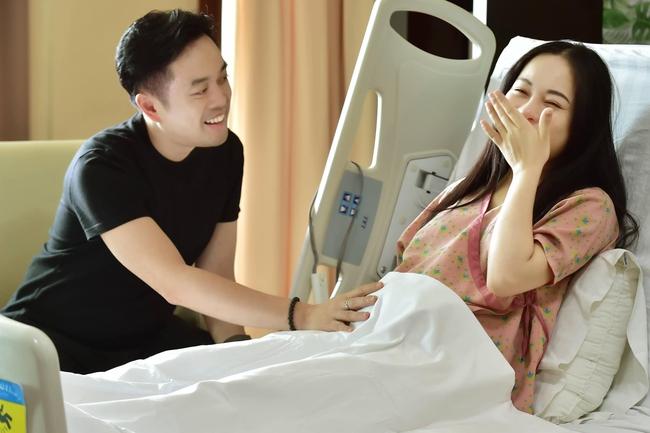 """Sara Lưu đăng hình cùng dòng chú thích hài hước: """"Ủa trong bụng vẫn còn đứa nữa hả vợ?""""."""