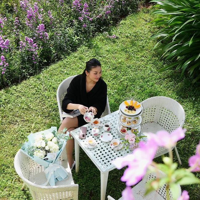 Thanh Hằng thưởng thức trà chiều giữa khung cảnh đẹp nên thơ.