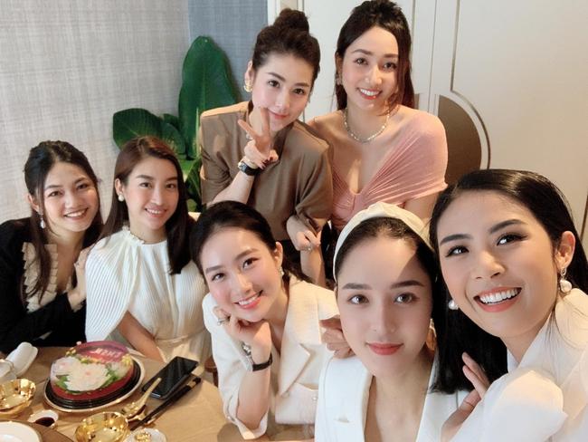 """Ngọc Hân và hội """"bông hậu"""" tới mừng sinh nhật Đỗ Mỹ Linh."""