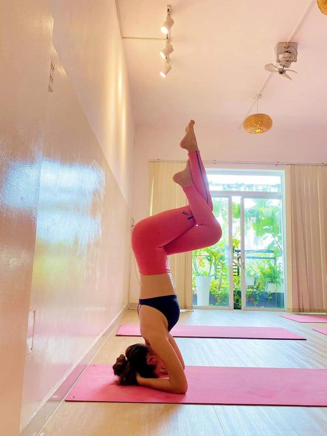 Mâu Thủy chăm chỉ tập yoga để giữ dáng.