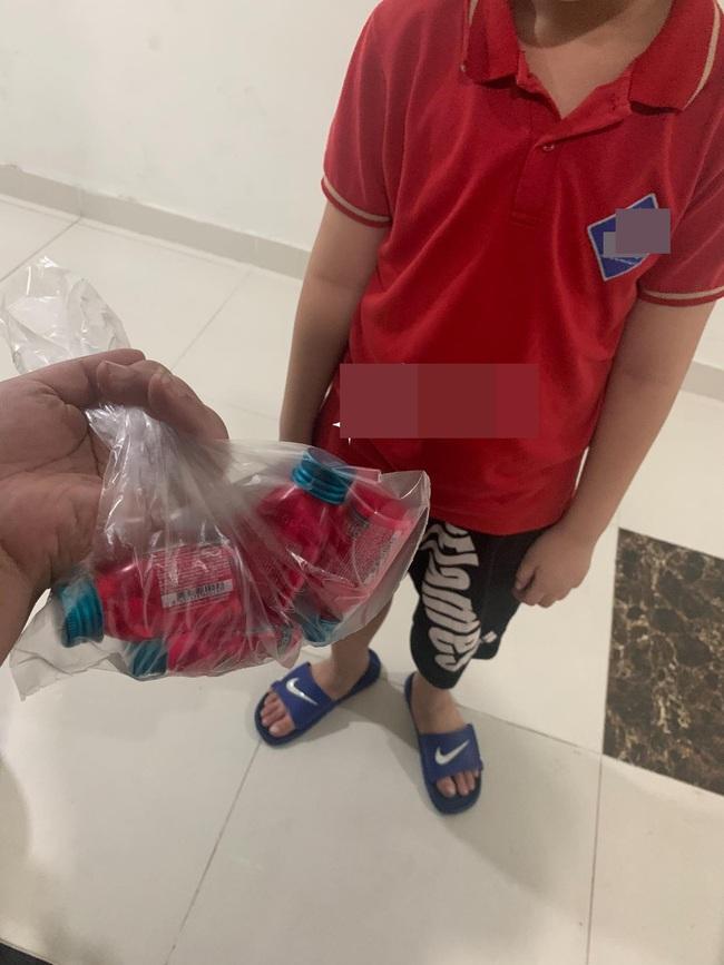 Được bạn gái phát đi thông điệp tặng 2 hộp kẹo sẽ yêu, bé trai tiểu học đến tận nhà gửi hẳn 4 hộp kèm thông điệp khiến ai nấy ngỡ ngàng - Ảnh 1.
