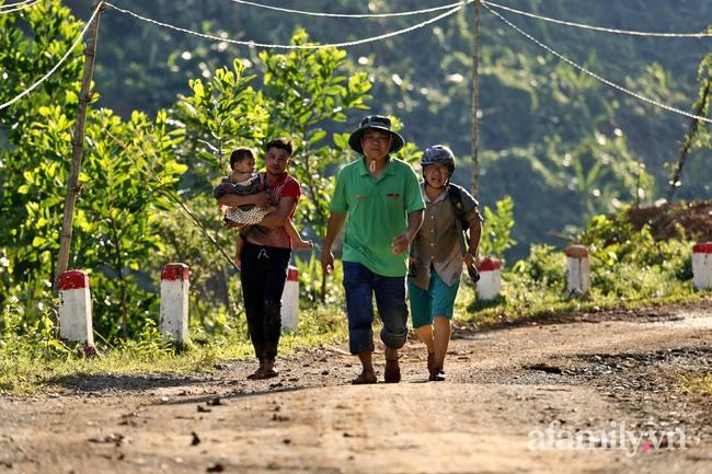 Flycam: Cận cảnh hiện trường cứu hộ vụ sạt lở đất vùi lấp 53 người ở Quảng Nam - Ảnh 3.