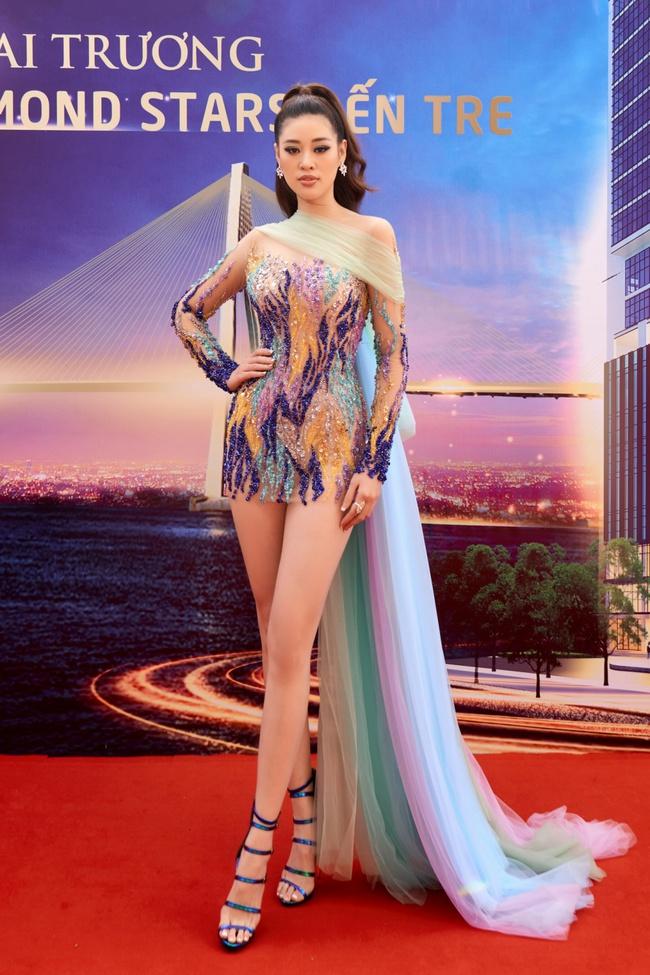 Hoa hậu Khánh Vân gợi cảm với váy ngắn xuyên thấu, thần thái ngút ngàn giữa dàn người đẹp - Ảnh 2.