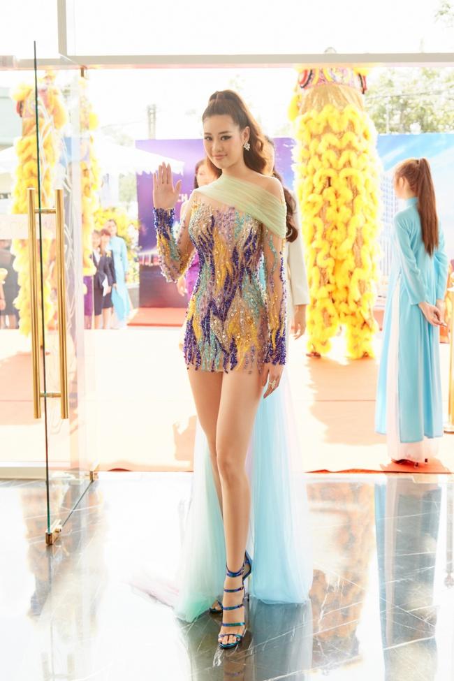 Hoa hậu Khánh Vân gợi cảm với váy ngắn xuyên thấu, thần thái ngút ngàn giữa dàn người đẹp - Ảnh 3.