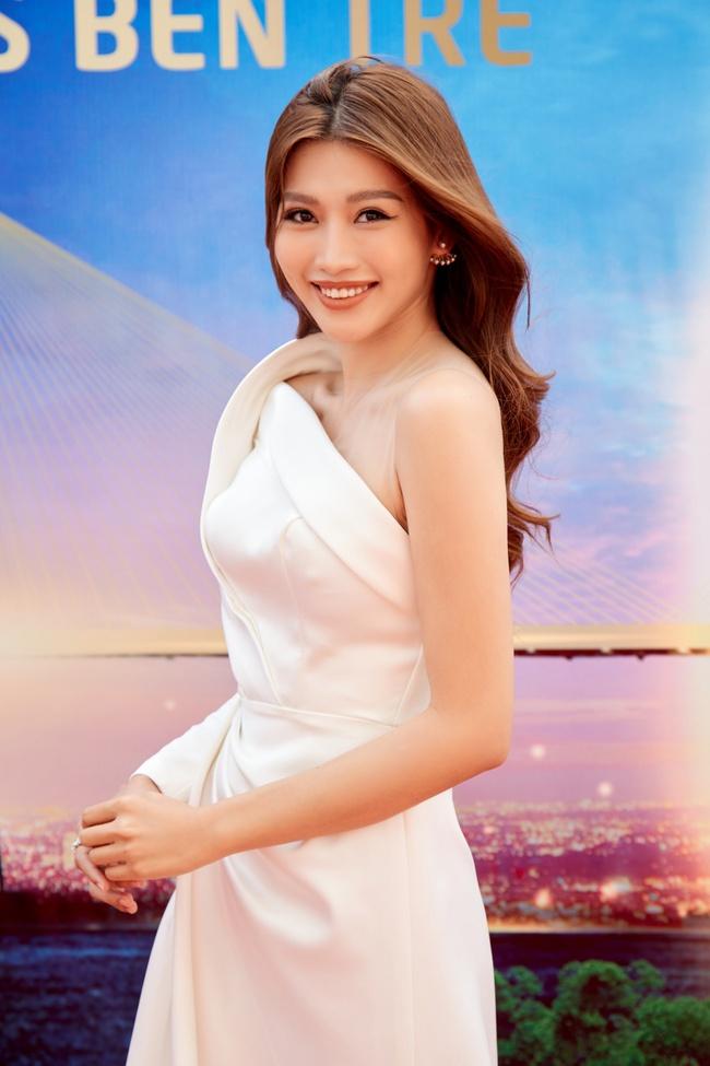 Hoa hậu Khánh Vân gợi cảm với váy ngắn xuyên thấu, thần thái ngút ngàn giữa dàn người đẹp - Ảnh 7.