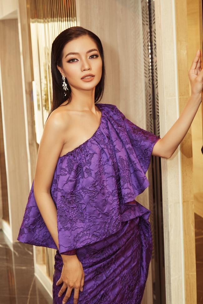 Hoa hậu Khánh Vân gợi cảm với váy ngắn xuyên thấu, thần thái ngút ngàn giữa dàn người đẹp - Ảnh 8.