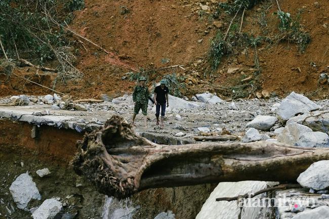 Flycam: Cận cảnh hiện trường cứu hộ vụ sạt lở đất vùi lấp 53 người ở Quảng Nam - Ảnh 2.
