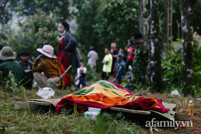 Flycam: Cận cảnh hiện trường cứu hộ vụ sạt lở đất vùi lấp 53 người ở Quảng Nam - Ảnh 4.