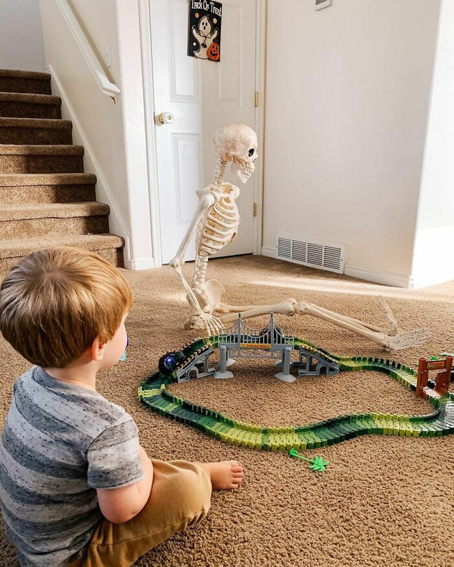 """Xuống dọn kho cùng mẹ, cậu bé 2 tuổi đã tìm thấy """"chân ái"""" của đời mình, nhưng ai cũng phải """"ngã ngửa"""" khi biết danh tính người bạn này - Ảnh 4."""