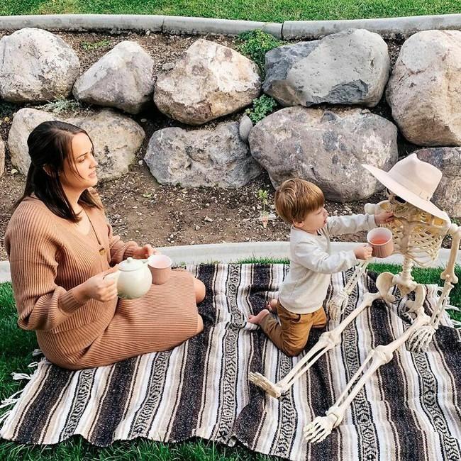 """Xuống dọn kho cùng mẹ, cậu bé 2 tuổi đã tìm thấy """"chân ái"""" của đời mình, nhưng ai cũng phải """"ngã ngửa"""" khi biết danh tính người bạn này - Ảnh 3."""