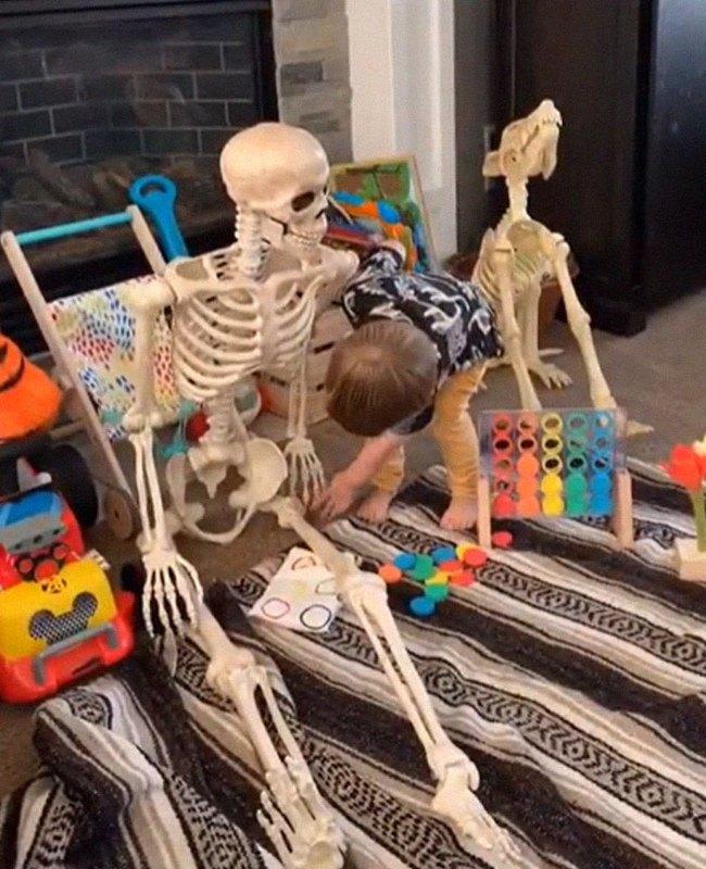 """Xuống dọn kho cùng mẹ, cậu bé 2 tuổi đã tìm thấy """"chân ái"""" của đời mình, nhưng ai cũng phải """"ngã ngửa"""" khi biết danh tính người bạn này - Ảnh 11."""