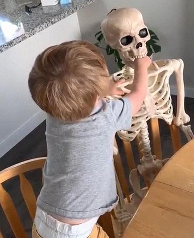 """Xuống dọn kho cùng mẹ, cậu bé 2 tuổi đã tìm thấy """"chân ái"""" của đời mình, nhưng ai cũng phải """"ngã ngửa"""" khi biết danh tính người bạn này - Ảnh 12."""