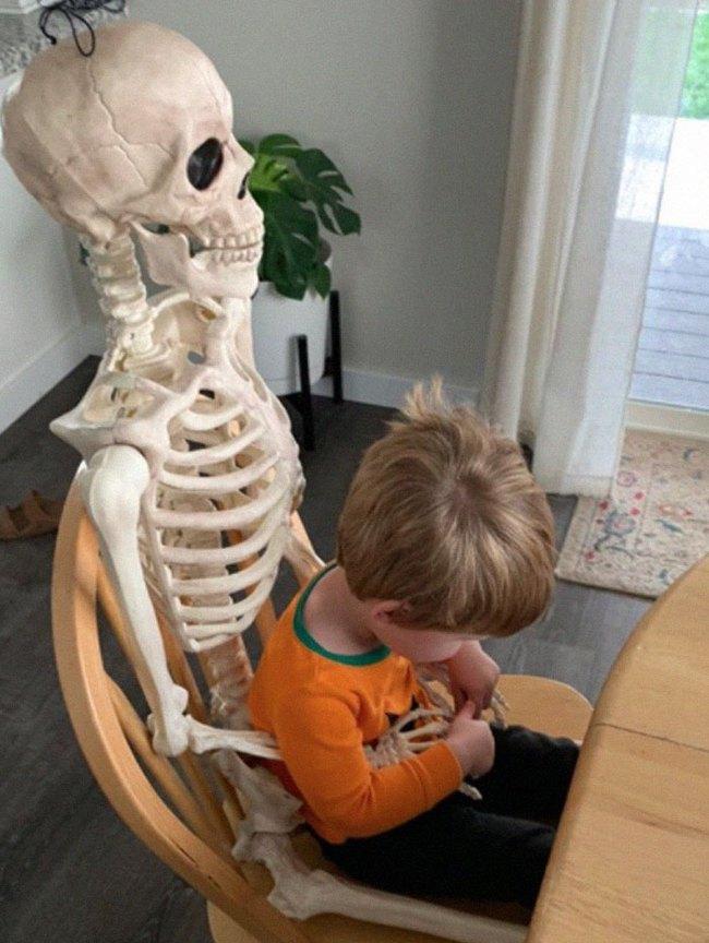 """Xuống dọn kho cùng mẹ, cậu bé 2 tuổi đã tìm thấy """"chân ái"""" của đời mình, nhưng ai cũng phải """"ngã ngửa"""" khi biết danh tính người bạn này - Ảnh 7."""
