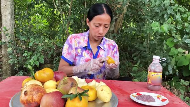 """Bà Lý Vlog - """"Bản sao lỗi"""" của bà Tân Vlog liên tục bị dân mạng chỉ trích: Ăn hoa quả chấm mắm tôm, nấu nướng mất vệ sinh, ngồi ăn ở bãi đất đá lem nhem bẩn - Ảnh 5."""