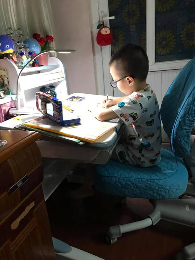 Con trẻ đột ngột có tính cách hướng nội, tự ti và không chịu học, nguyên nhân có khả năng liên quan đến phong thủy bàn học - Ảnh 1.