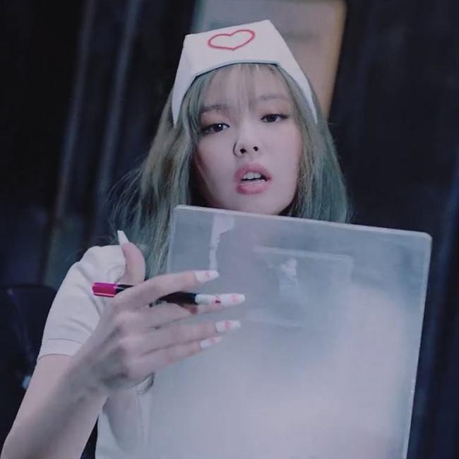 Jennie (BLACKPINK) gây tranh cãi vì tạo hình phản cảm, lộ đùi trắng nõn trong MV mới, netizen Hàn đang quá khắt khe? - Ảnh 2.