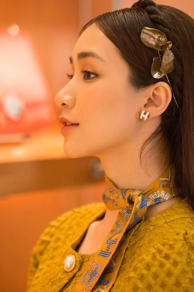 Hòa Minzy khoe góc chụp nghiêng đẹp lung linh.