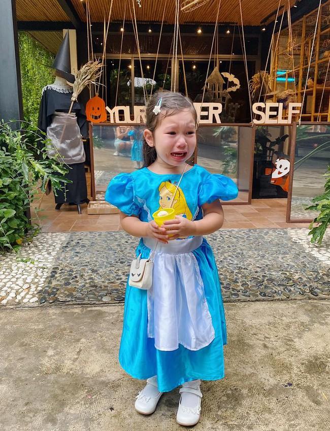 Cô bé đáng yêu nhất mùa Halloween: Bao công sức mẹ cho mặc đẹp, vừa thấy các bạn và cô giáo đã có biểu cảm không ai nhịn được cười - Ảnh 1.
