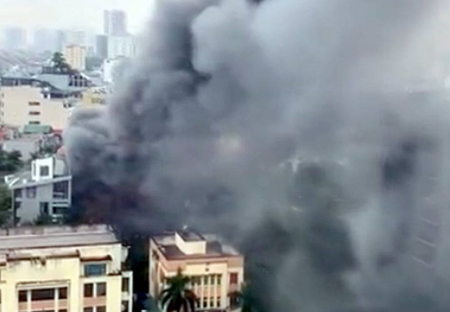 Hà Nội: Cháy quán ăn khiến giao thông tê liệt đúng giờ tan tầm - Ảnh 3.