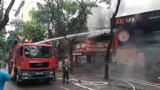Hà Nội: Cháy quán ăn khiến giao thông tê liệt đúng giờ tan tầm - Ảnh 2.