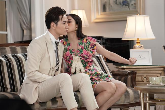 """Sau loạt biểu hiện """"tăng động"""", Nam Em lại bị ép hôn đàn ông trên sóng truyền hình - Ảnh 1."""