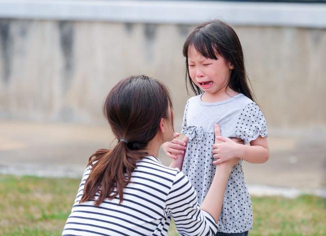 Thấy con ngã có nên đỡ dậy không? Phản ứng của bố mẹ sẽ hình thành nên 3 đứa trẻ tính cách hoàn toàn khác nhau - Ảnh 4.