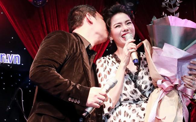 Trước khi ly hôn, Lệ Quyên từng được chồng cũ ôm hoa lên sân khấu rồi hôn trong họp báo - Ảnh 3.