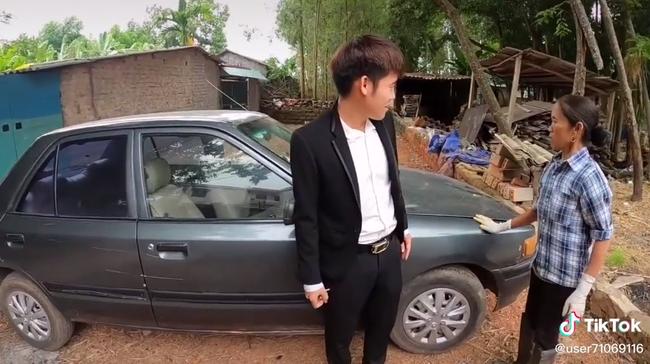"""Bà Tân Vlog """"choáng"""" khi con trai bất ngờ mua xe ô tô 4 tỷ, biểu cảm bối rối không biết tháo dây an toàn của bà khiến cộng đồng mạng thích thú - Ảnh 3."""