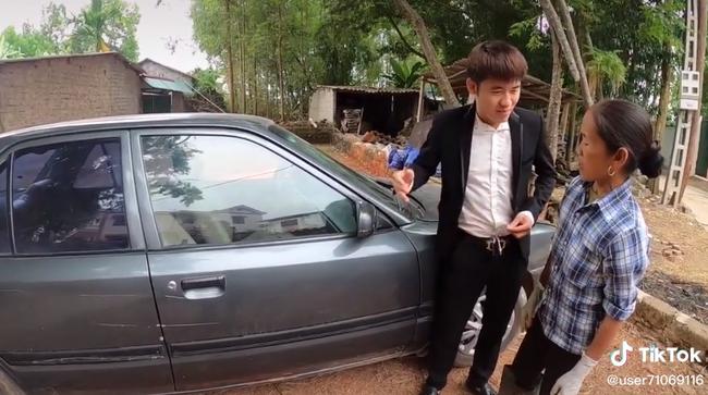 """Bà Tân Vlog """"choáng"""" khi con trai bất ngờ mua xe ô tô 4 tỷ, biểu cảm bối rối không biết tháo dây an toàn của bà khiến cộng đồng mạng thích thú - Ảnh 8."""