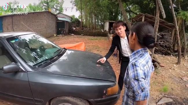 """Bà Tân Vlog """"choáng"""" khi con trai bất ngờ mua xe ô tô 4 tỷ, biểu cảm bối rối không biết tháo dây an toàn của bà khiến cộng đồng mạng thích thú - Ảnh 4."""