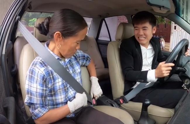 """Bà Tân Vlog """"choáng"""" khi con trai bất ngờ mua xe ô tô 4 tỷ, biểu cảm bối rối không biết tháo dây an toàn của bà khiến cộng đồng mạng thích thú - Ảnh 5."""