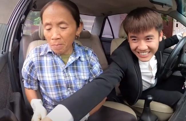 """Bà Tân Vlog """"choáng"""" khi con trai bất ngờ mua xe ô tô 4 tỷ, biểu cảm bối rối không biết tháo dây an toàn của bà khiến cộng đồng mạng thích thú - Ảnh 6."""