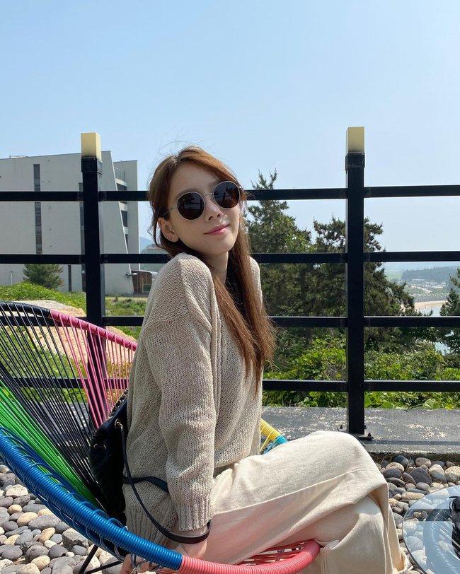 """Ngoài tuổi băm và luôn muốn trông trẻ măng sành điệu, các nàng hãy học style của """"chị đại"""" Taeyeon ngay đi! - Ảnh 7."""