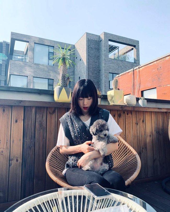 """Ngoài tuổi băm và luôn muốn trông trẻ măng sành điệu, các nàng hãy học style của """"chị đại"""" Taeyeon ngay đi! - Ảnh 4."""