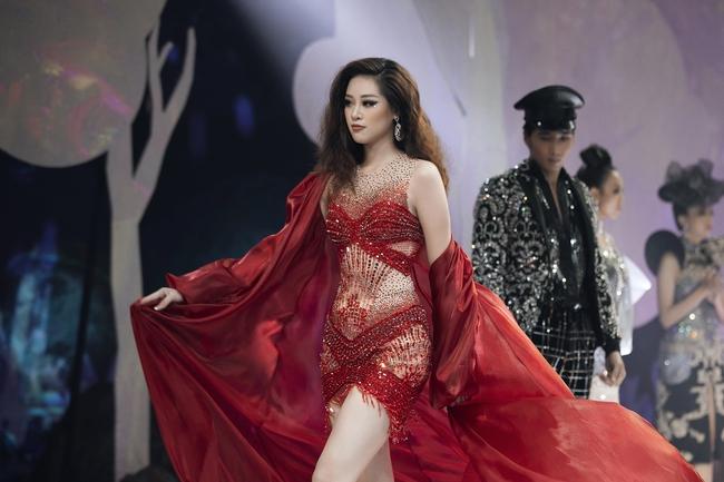 """Hoa hậu Khánh Vân hóa """"Nữ thần rừng"""" cực thần thái và quyền lực - Ảnh 6."""