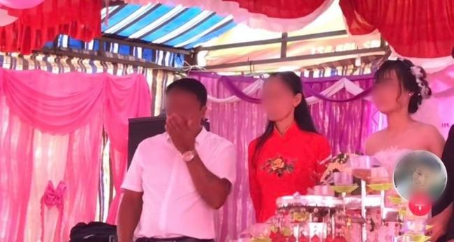 Đứng trên sân khấu ngày con về nhà chồng, bố liên tục lấy tay gạt nước mắt, thái độ của cô dâu gây tranh cãi - Ảnh 1.