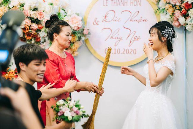 Ngay trên sân khấu hôn lễ, mẹ chồng trao cho con dâu cây chổi quét nhà và lời tiết lộ bất ngờ từ chính chú rể - Ảnh 3.