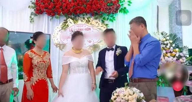 Đứng trên sân khấu ngày con về nhà chồng, bố liên tục lấy tay gạt nước mắt, thái độ của cô dâu gây tranh cãi - Ảnh 3.