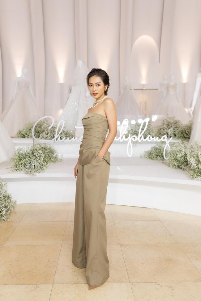 """Con gái Minh Nhựa tình tứ bên chồng, Linh Chi diện váy xẻ cao """"chặt đẹp"""" các cặp đôi khác  - Ảnh 14."""