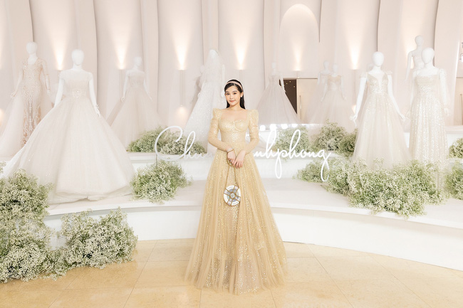 """Con gái Minh Nhựa tình tứ bên chồng, Linh Chi diện váy xẻ cao """"chặt đẹp"""" các cặp đôi khác  - Ảnh 5."""