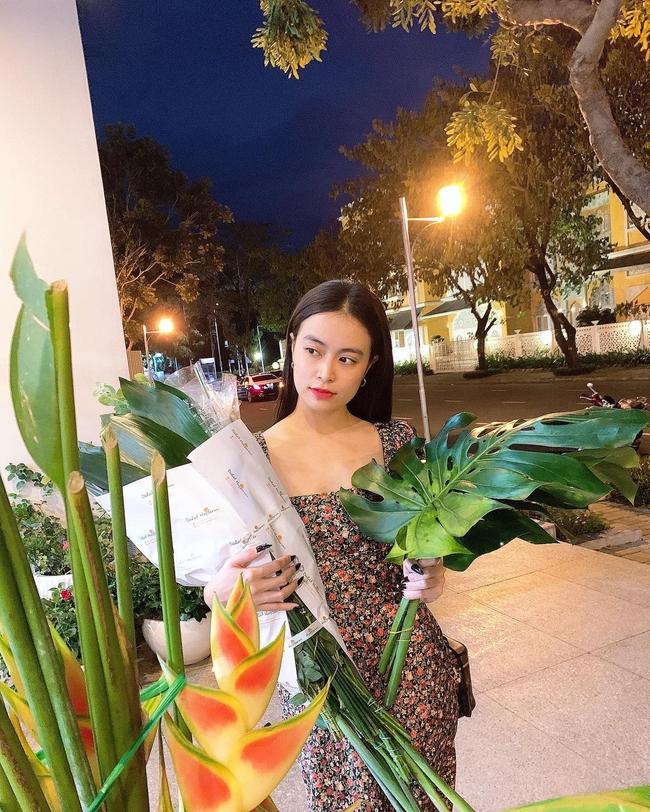 Hoàng Thùy Linh đẹp dịu dàng bên hoa lá.