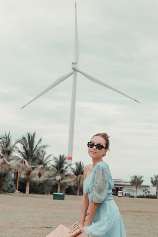 Băng Di tranh thủ chụp hình khi tới Quy Nhơn.