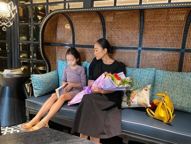 Đoan Trang và con gái nhận được quà lúc ra Hà Nội.