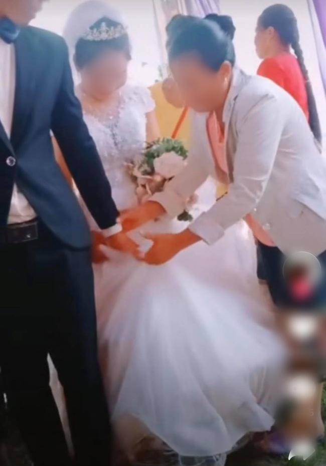 Chú rể to tiếng quát mắng người phụ nữ có tuổi trong hôn lễ, không thèm cầm váy giúp vợ và thái độ thật khó tin của cô dâu - Ảnh 2.