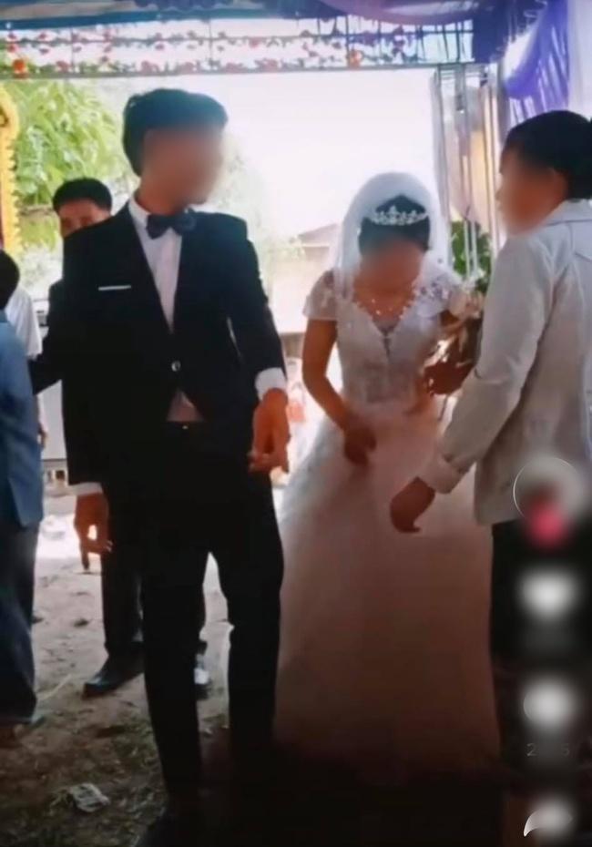 Chú rể to tiếng quát mắng người phụ nữ có tuổi trong hôn lễ, không thèm cầm váy giúp vợ và thái độ thật khó tin của cô dâu - Ảnh 1.