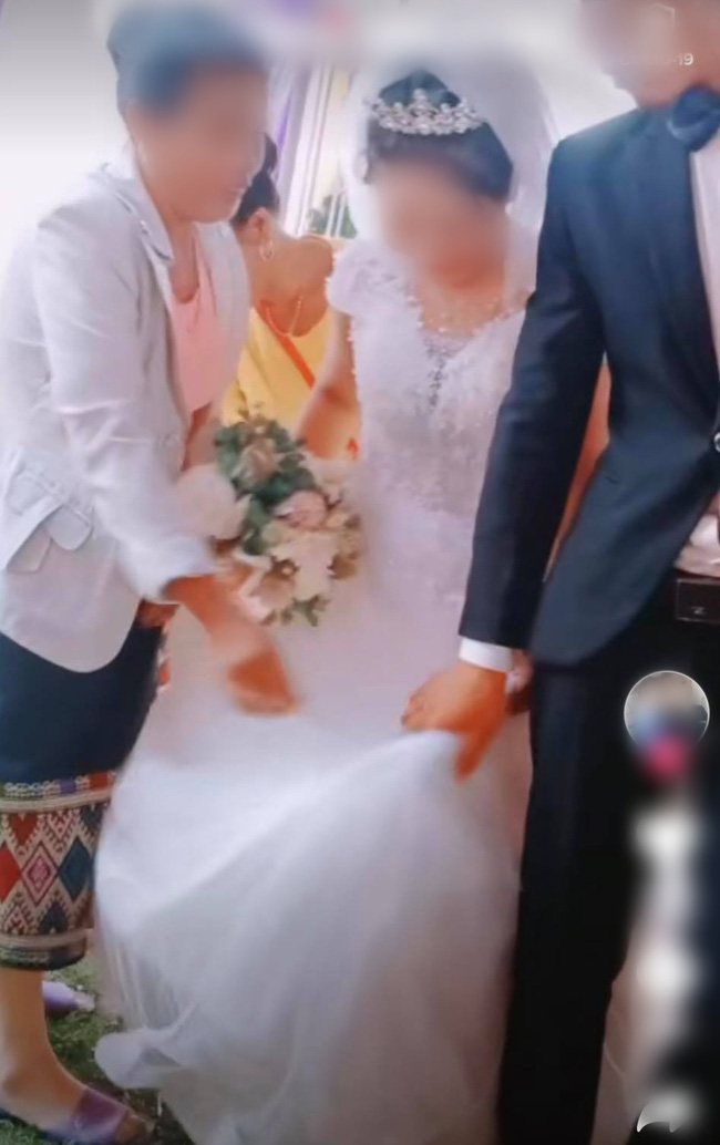 Chú rể to tiếng quát mắng người phụ nữ có tuổi trong hôn lễ, không thèm cầm váy giúp vợ và thái độ thật khó tin của cô dâu - Ảnh 3.